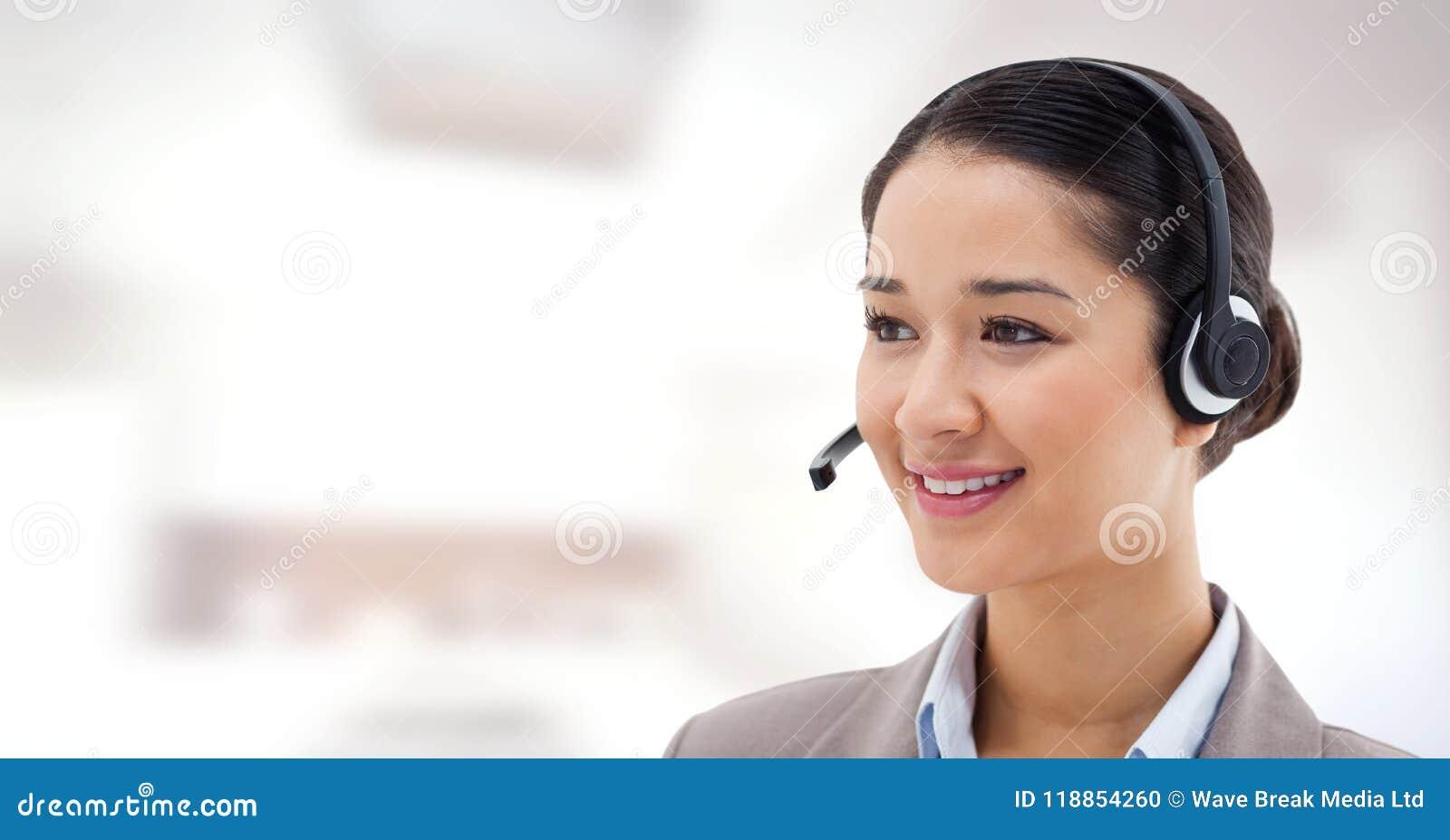 Γυναίκα εξυπηρέτησης πελατών με το φωτεινό υπόβαθρο στο τηλεφωνικό κέντρο