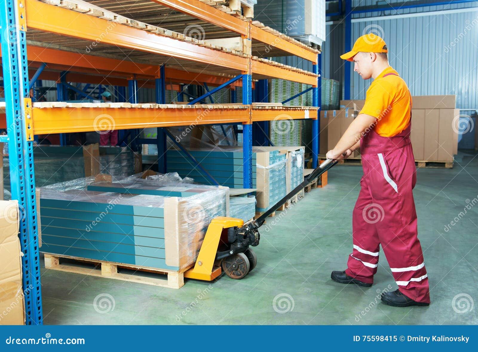 Γυναίκα εργαζόμενος αποθηκών εμπορευμάτων στην εργασία
