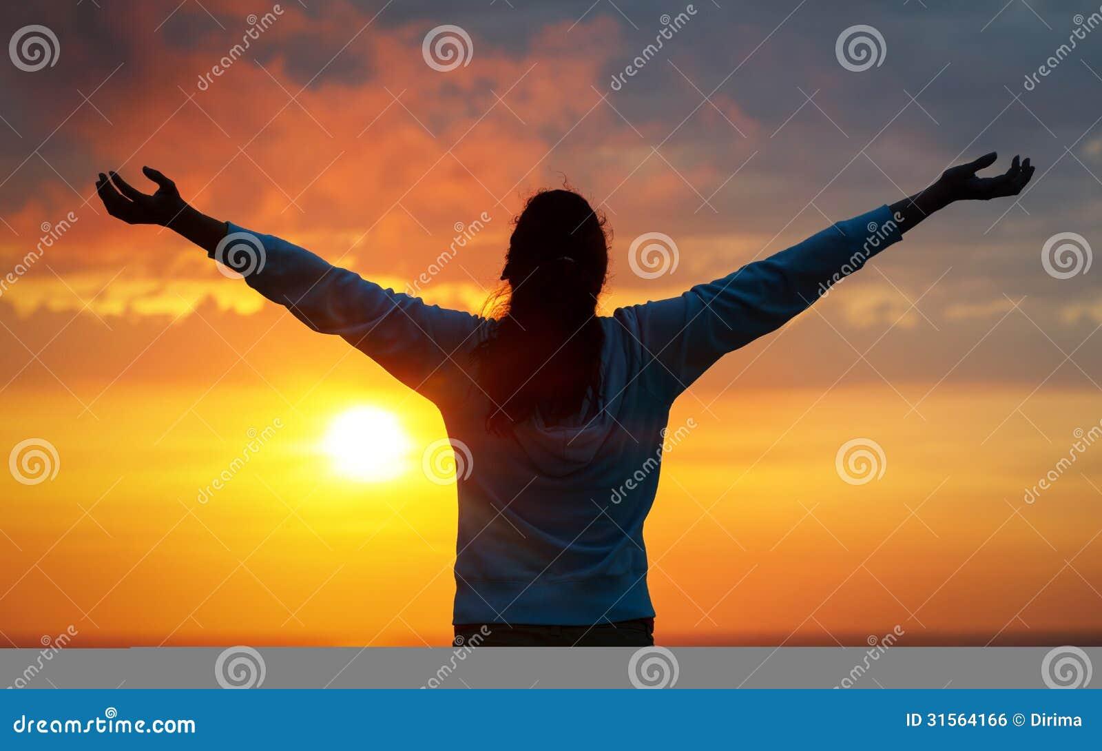 Γυναίκα ελευθερίας στον ουρανό ηλιοβασιλέματος