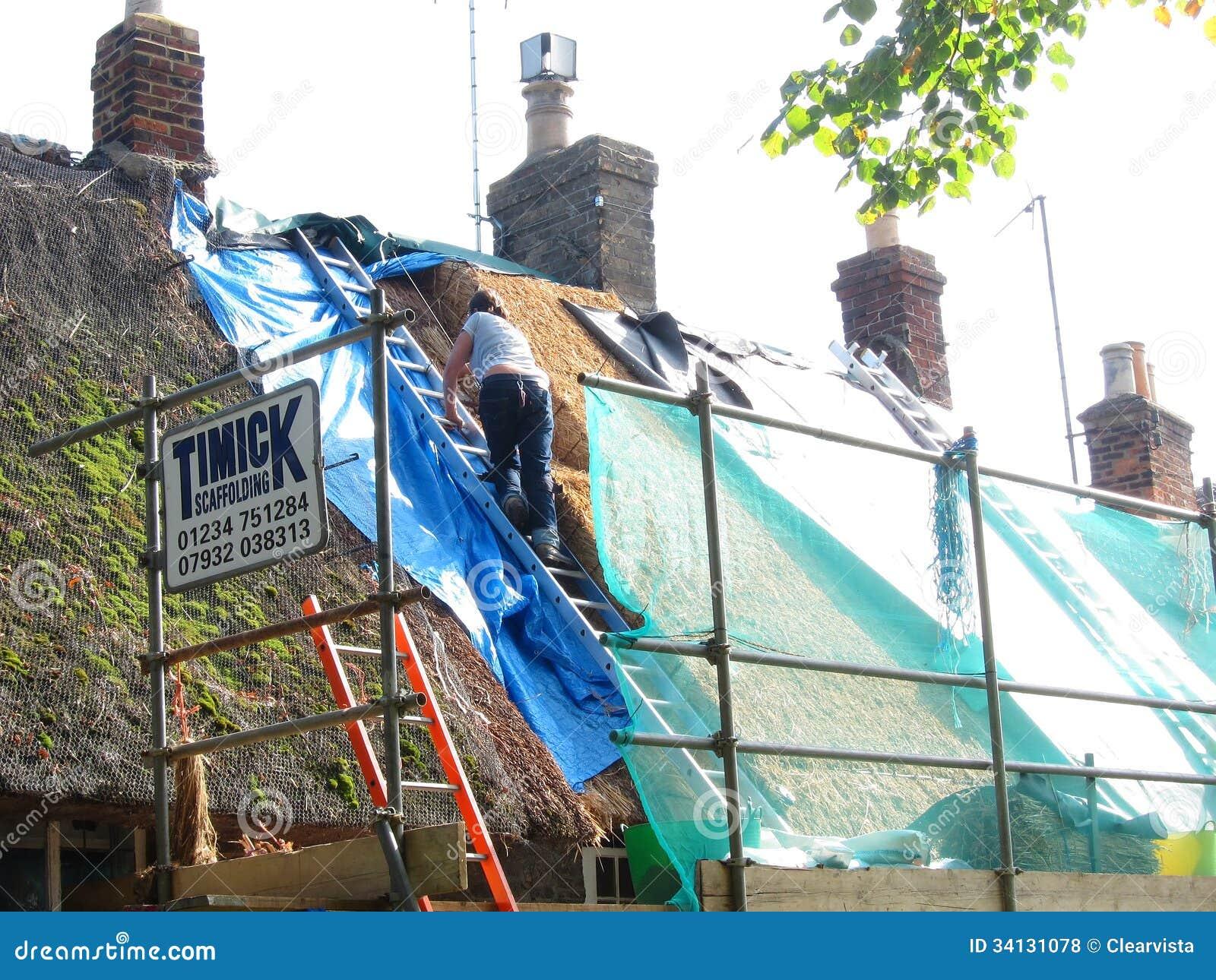 Γυναίκα Θάτσερ που επισκευάζει τη στέγη.