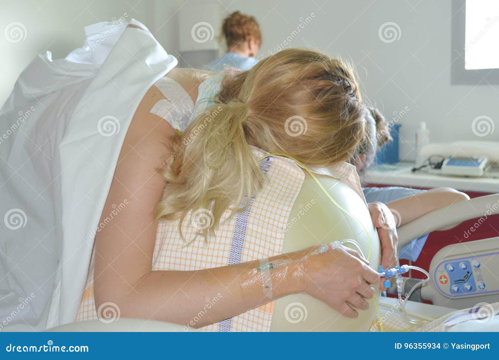 Γυναίκα κατά τη διάρκεια των συστολών σε έναν τοκετό σφαιρών ικανότητας