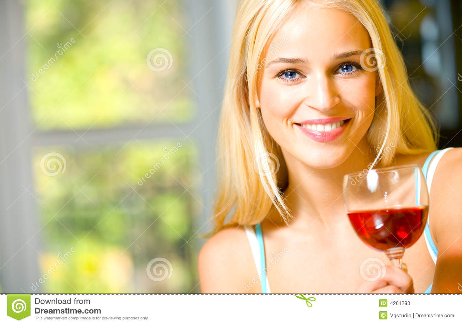 γυναίκα κόκκινου κρασιού γυαλιού