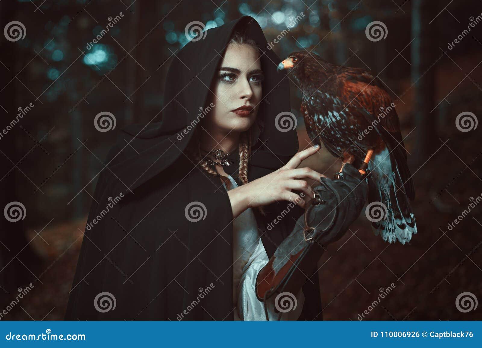 Γυναίκα μάγων με το γνωστό γερακιών