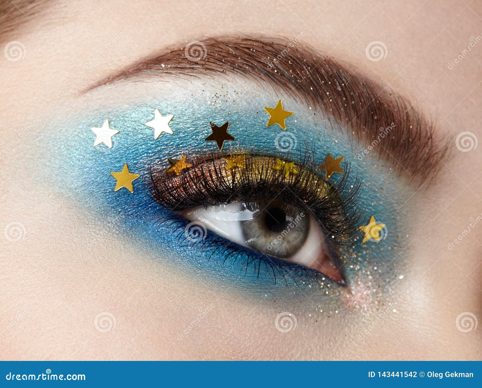 Γυναίκα ματιών makeup με τα διακοσμητικά αστέρια