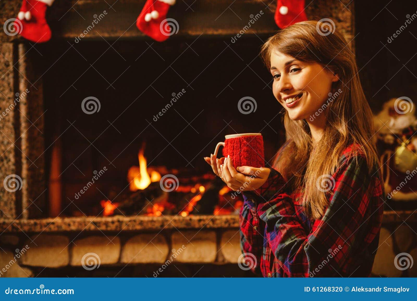 Γυναίκα με μια κούπα από την εστία Νέο ελκυστικό sittin γυναικών