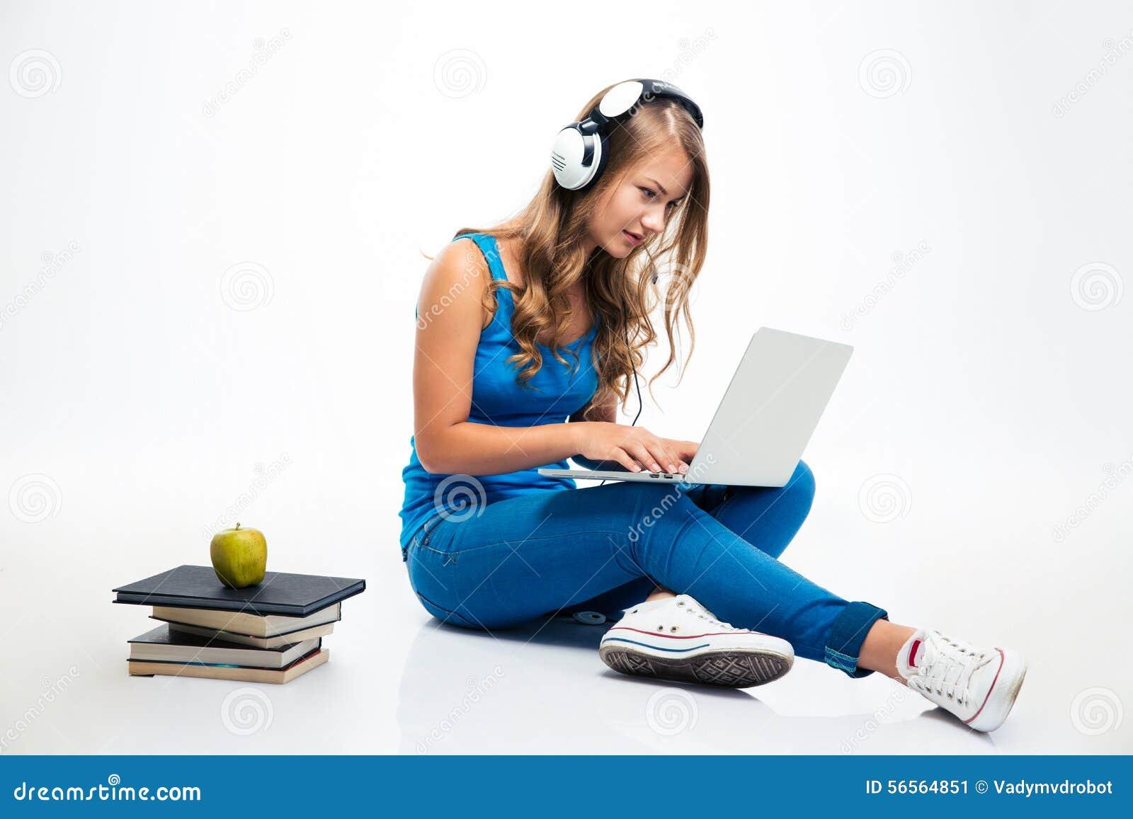 Download Γυναίκα με τα ακουστικά και τη χρησιμοποίηση του Lap-top στο πάτωμα Στοκ Εικόνα - εικόνα από υπολογιστής, κάσκα: 56564851