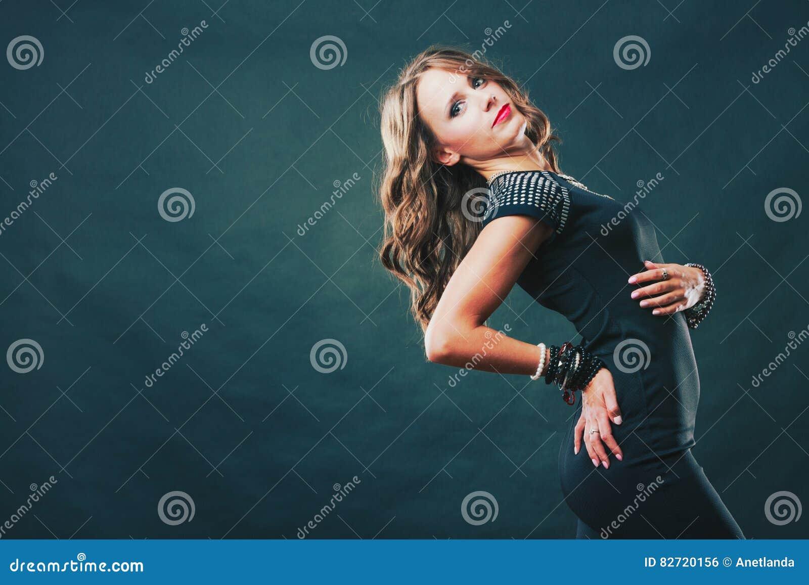 Γυναίκα με τα κοσμήματα στο μαύρο φόρεμα βραδιού