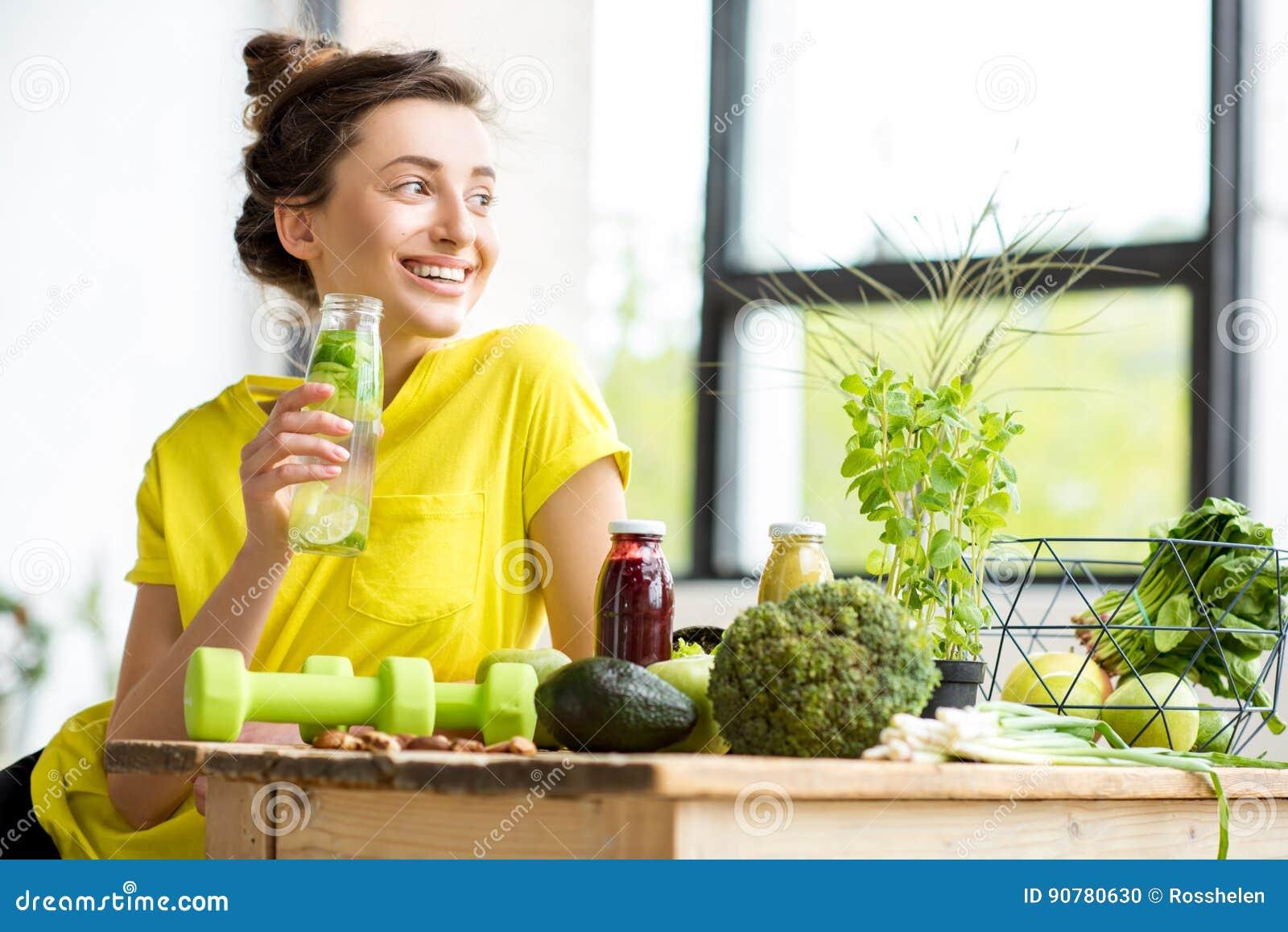 Γυναίκα με τα υγιή τρόφιμα στο εσωτερικό