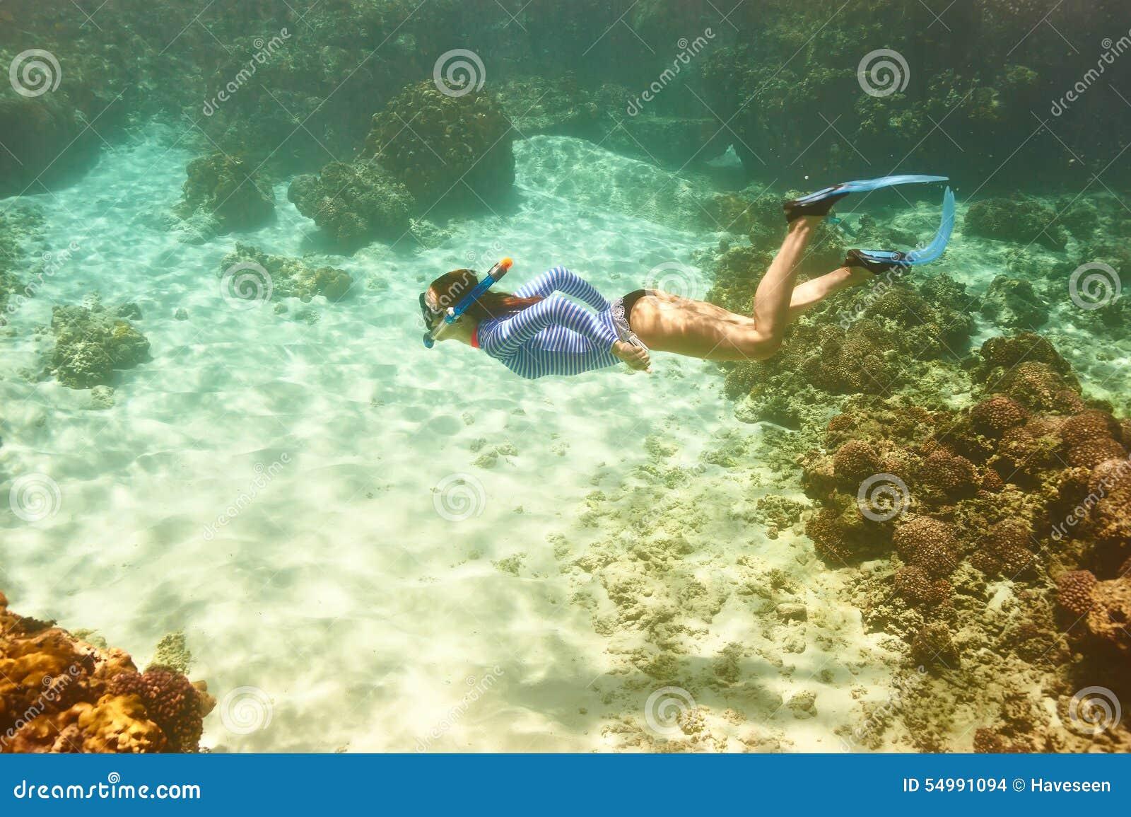 Γυναίκα με την κολύμβηση με αναπνευστήρα μασκών