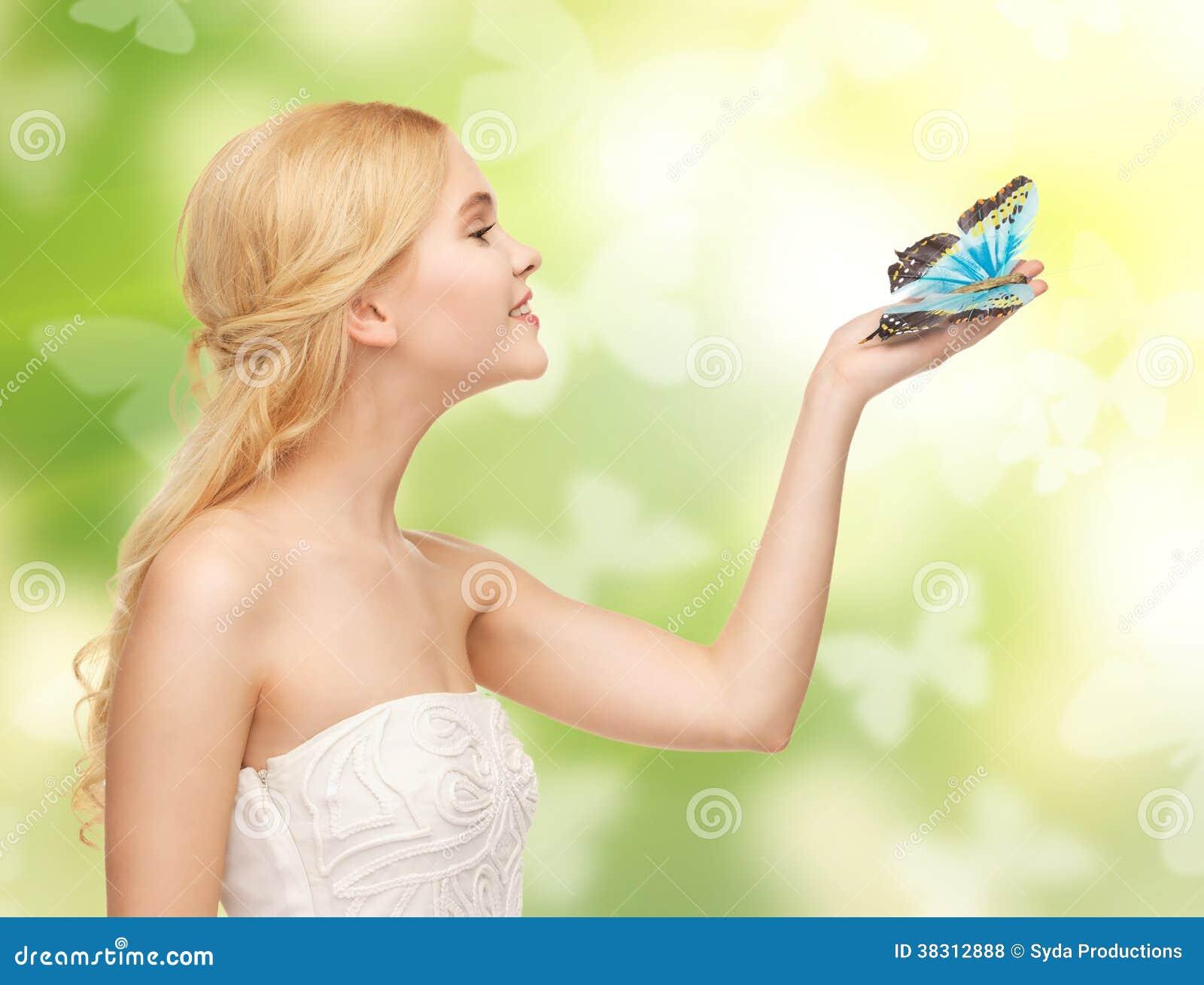 Γυναίκα με την πεταλούδα διαθέσιμη