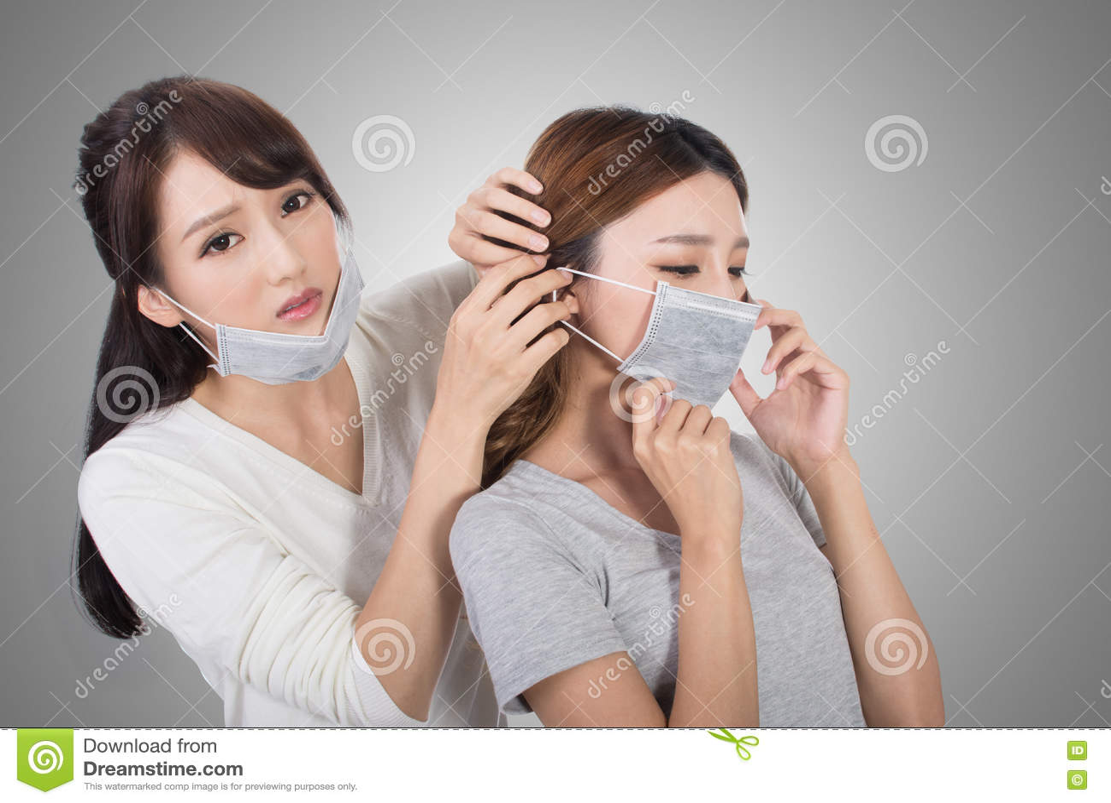 Γυναίκα με τους φίλους της με τη μάσκα