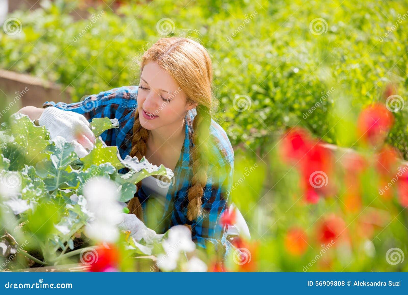 Γυναίκα με το ευτυχές χαμόγελο στον κήπο