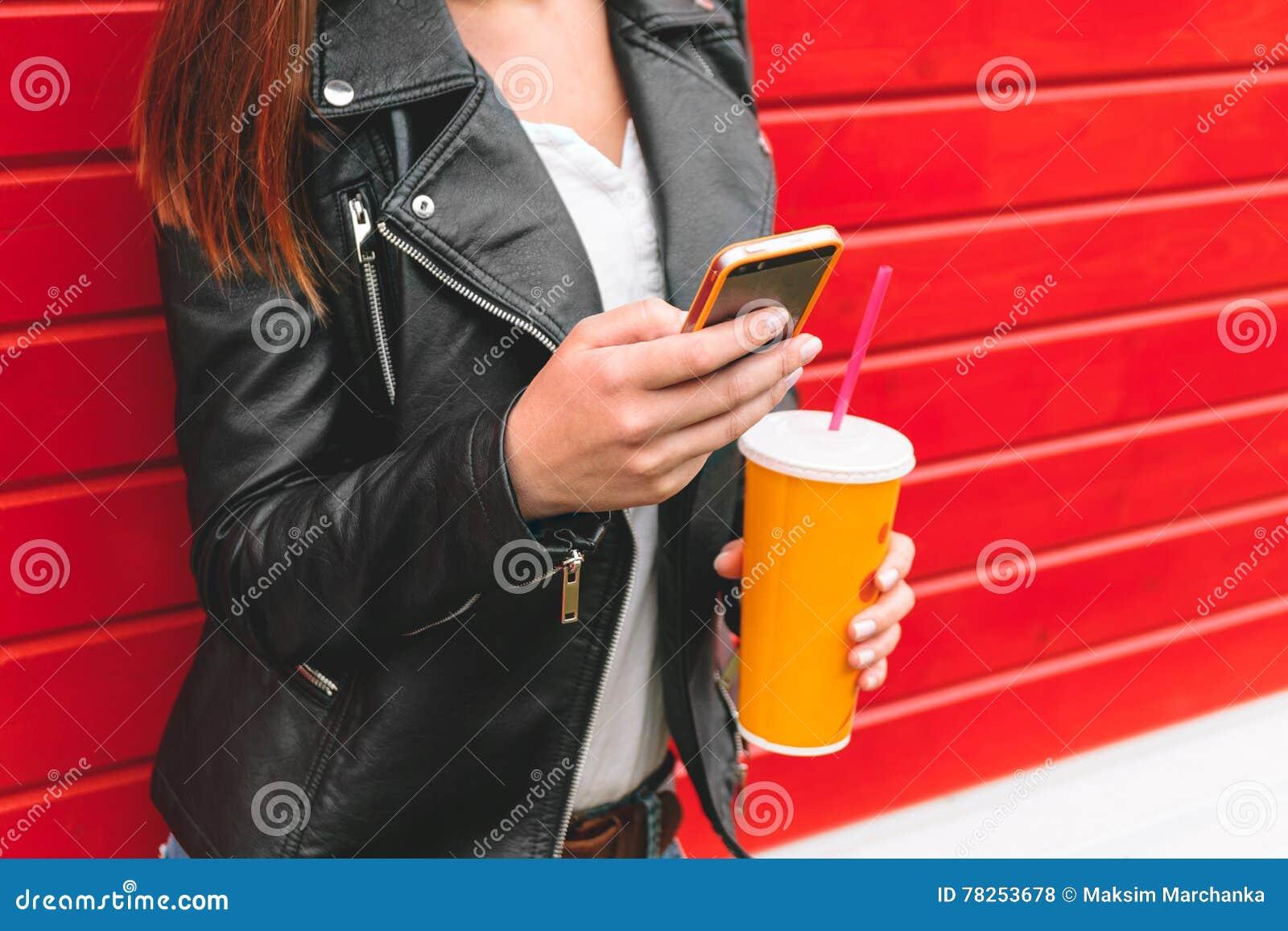 Γυναίκα με το τηλέφωνο και ένα ποτό υπό εξέταση