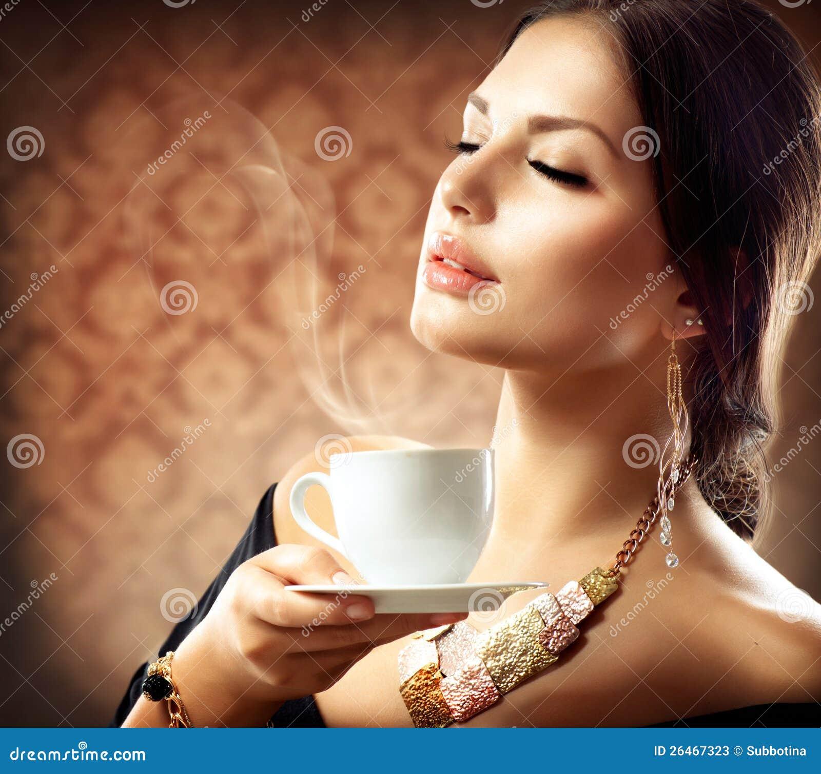 Γυναίκα με το φλιτζάνι του καφέ