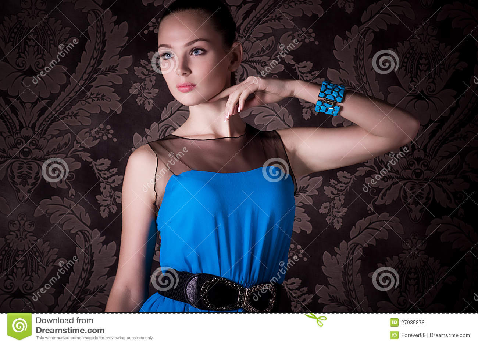 Γυναίκα με το makeup στο μπλε φόρεμα
