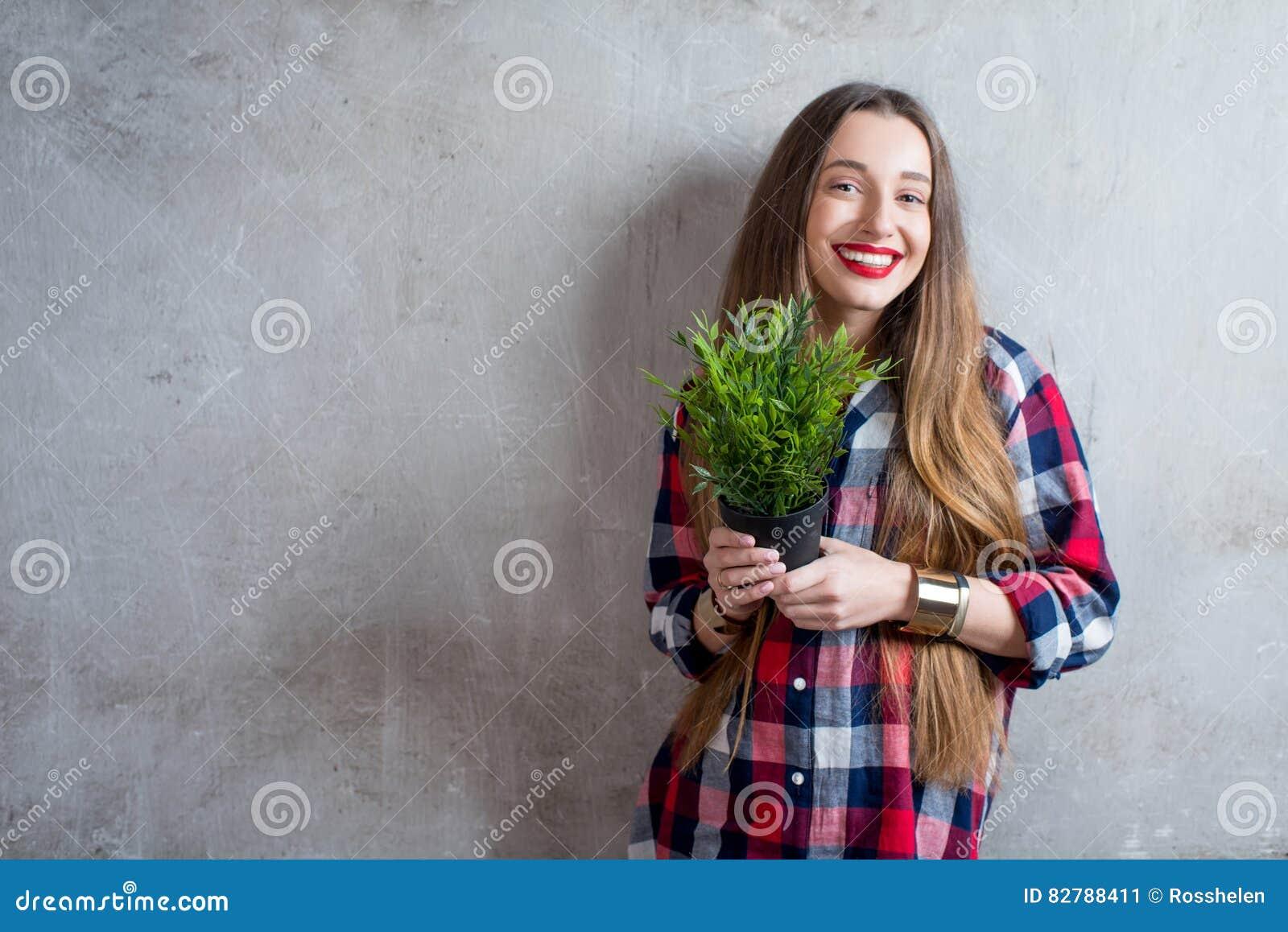 Γυναίκα με flowerpot