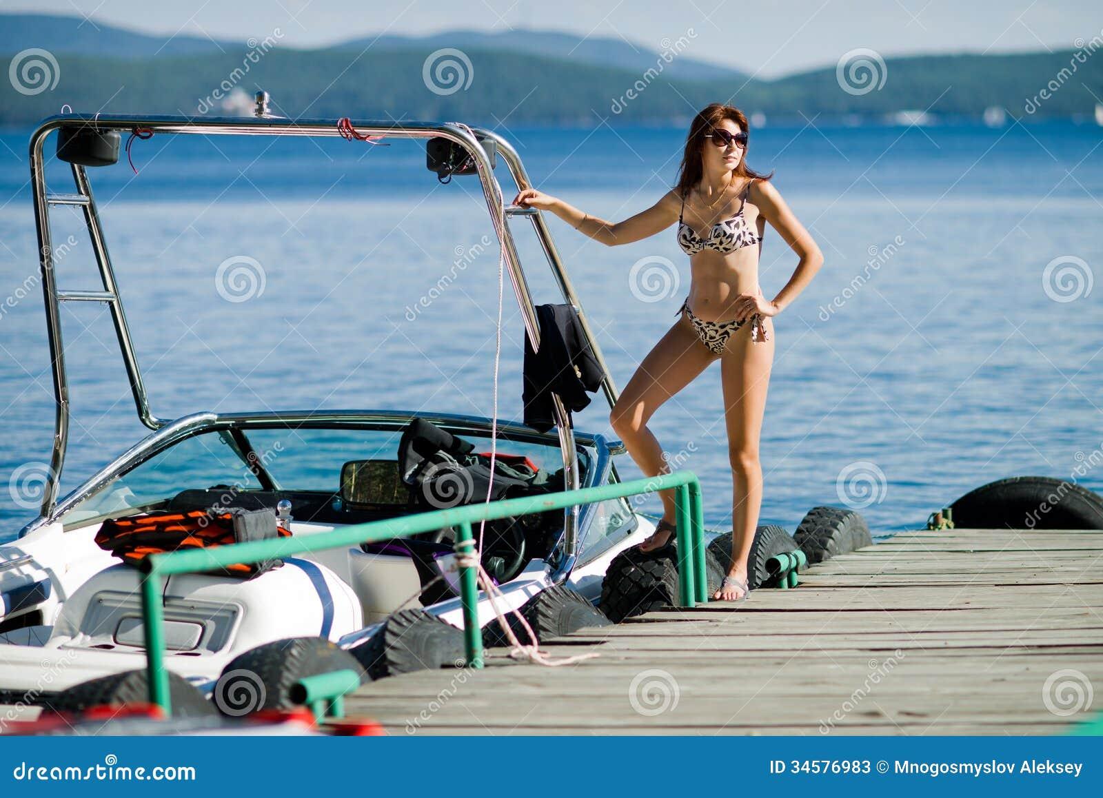 Γυναίκα με motorboat