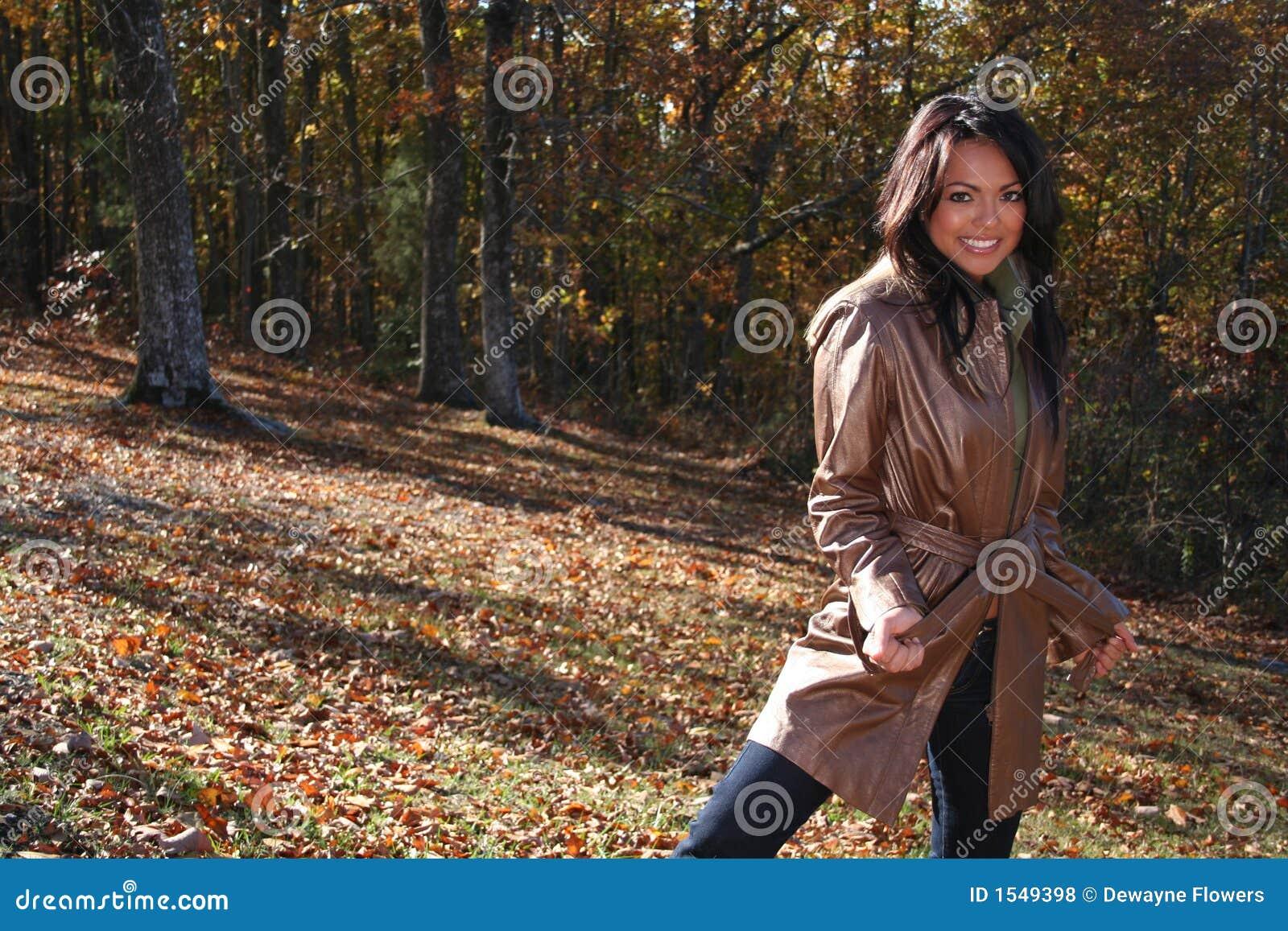 γυναίκα μόδας πτώσης προκλητική υπαίθρια