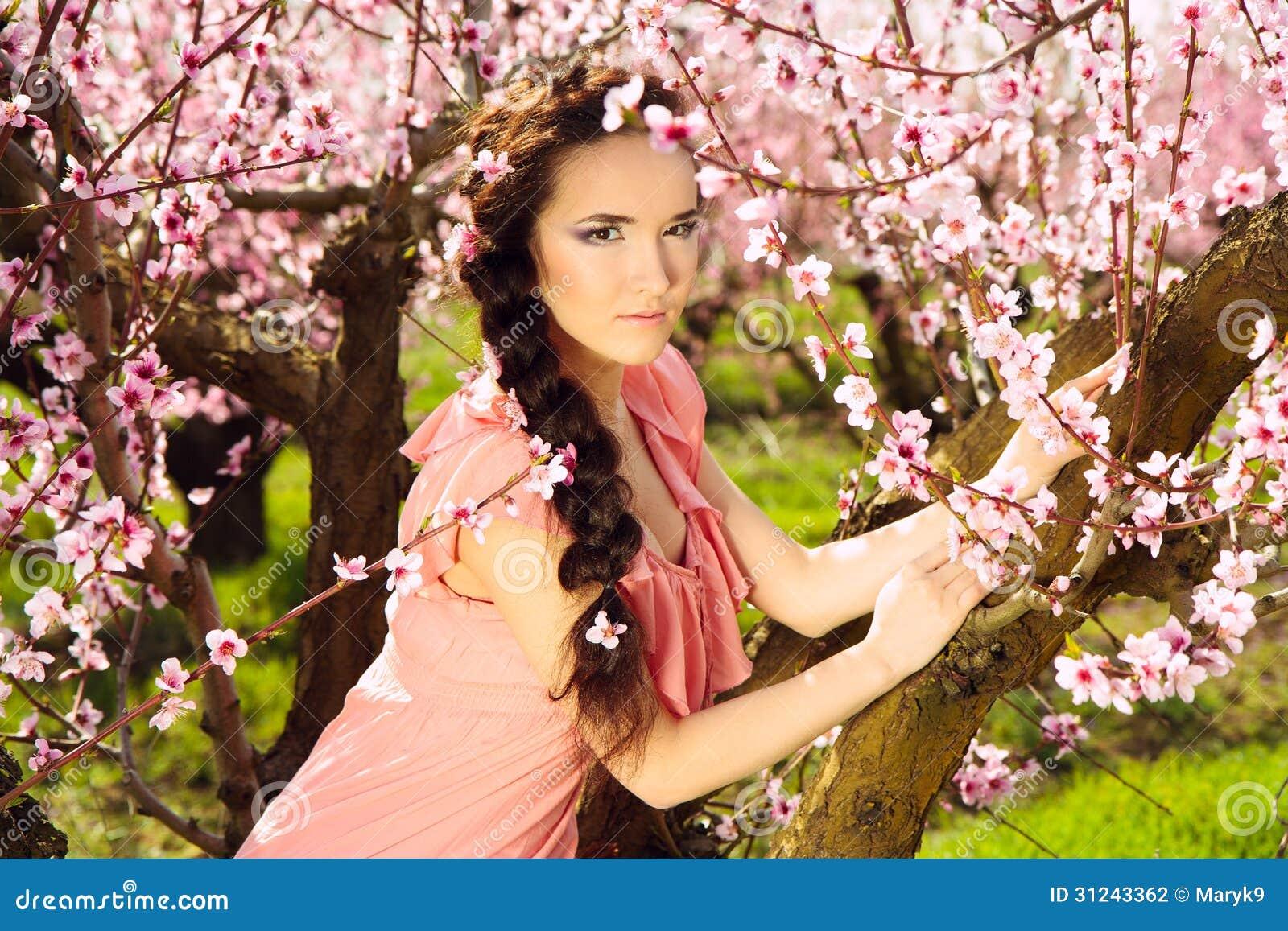 Γυναίκα νεράιδων στον κήπο blossomy