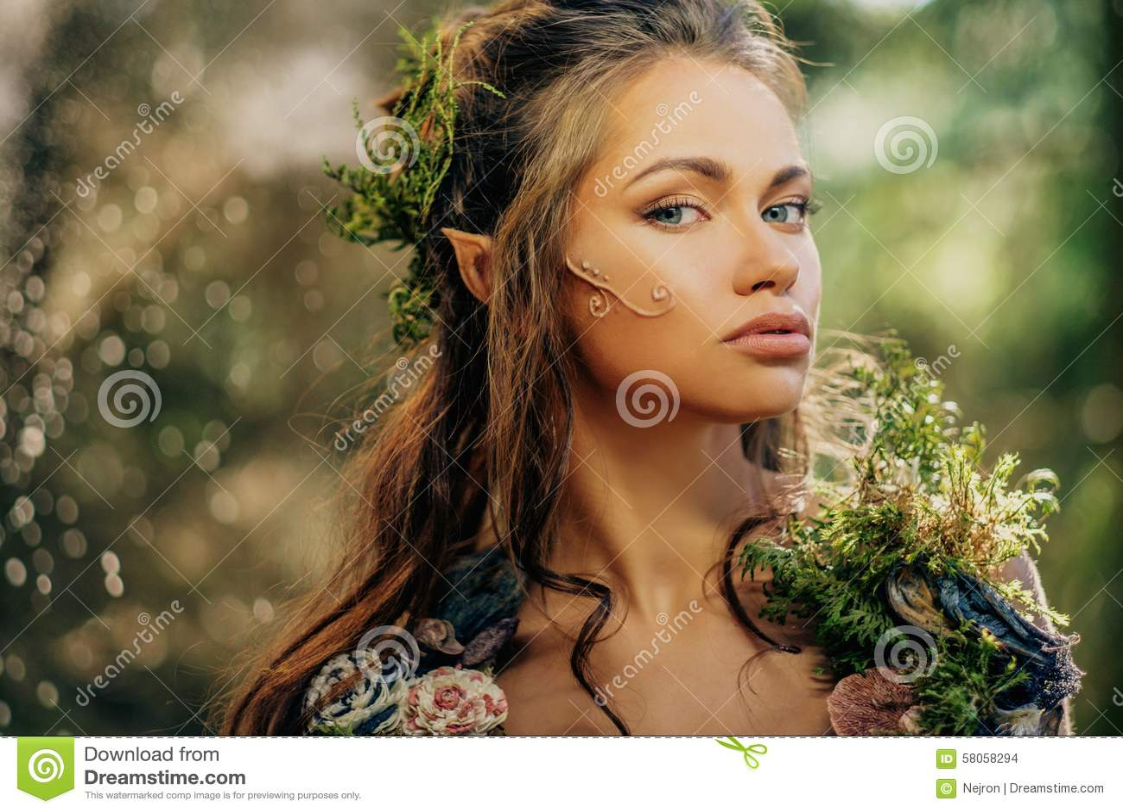 Γυναίκα νεραιδών σε ένα δάσος