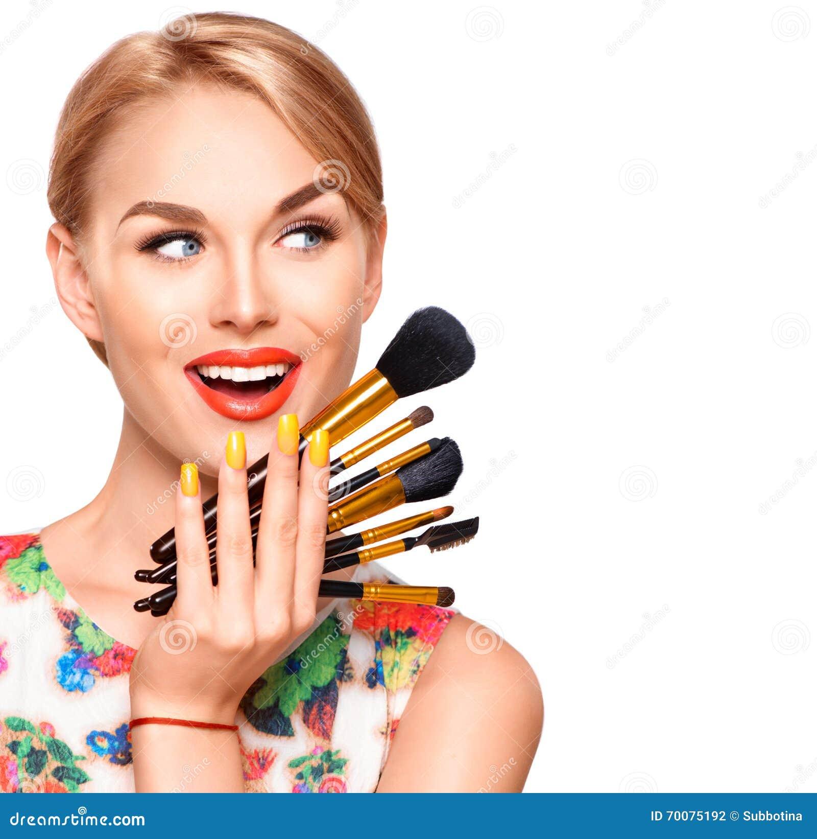 Γυναίκα ομορφιάς με τις βούρτσες Makeup