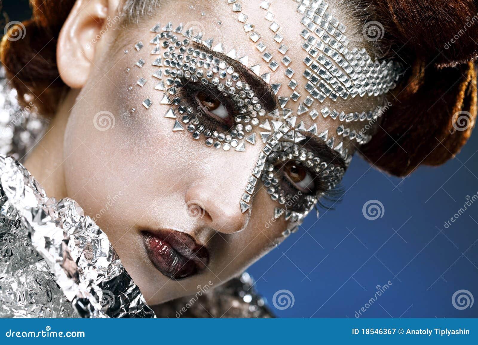 Γυναίκα ομορφιάς makeup με τα κρύσταλλα στο πρόσωπο