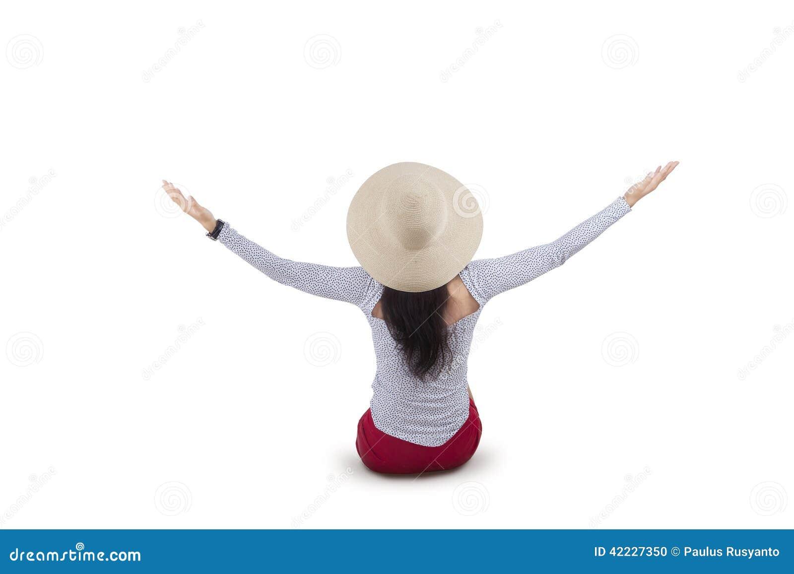 Γυναίκα πίσω πλευρών που εκφράζει την ελευθερία