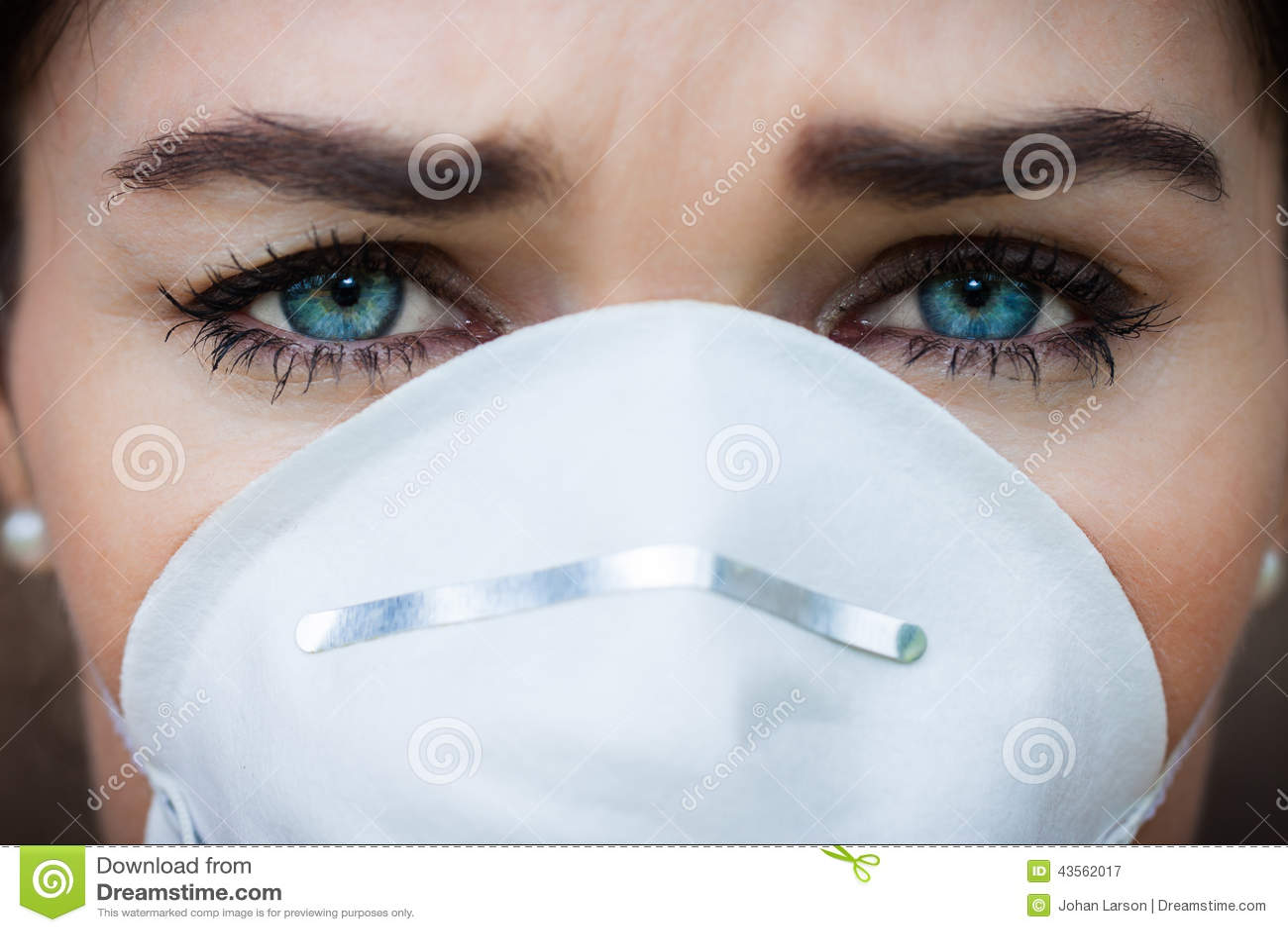 Γυναίκα πορτρέτου κινηματογραφήσεων σε πρώτο πλάνο που φορά μια μάσκα προσώπου