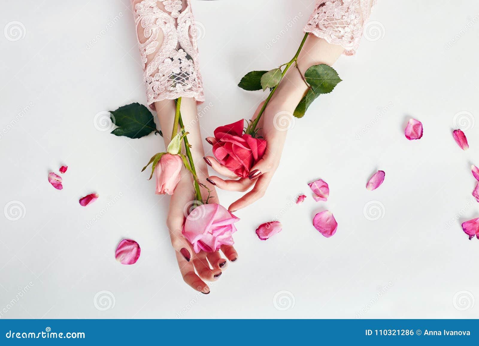 Γυναίκα πορτρέτου τέχνης μόδας στο θερινό φόρεμα και λουλούδια στο χέρι της με μια φωτεινή αντιπαράθεση makeup Δημιουργικά κορίτσ