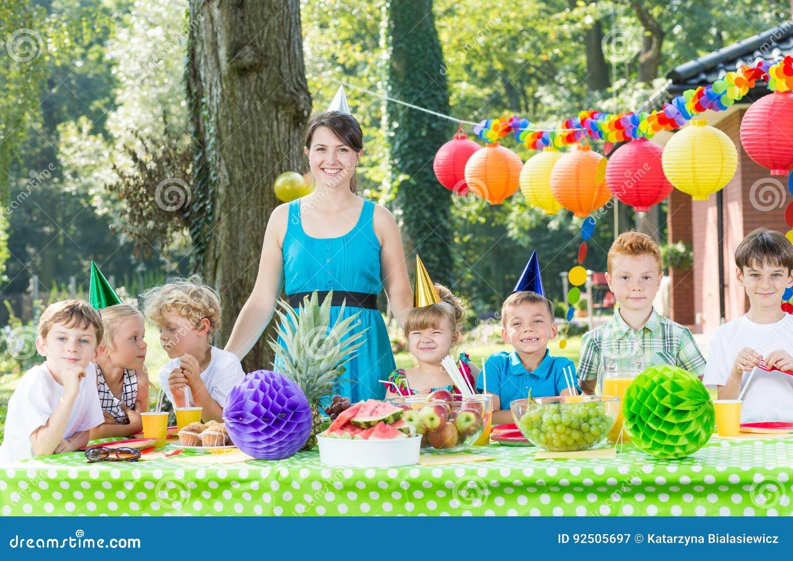 Γυναίκα που έχει τη διασκέδαση με τα παιδιά