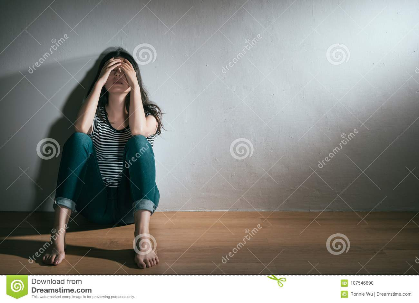 Γυναίκα που έχει το διπολικό πρόβλημα αναταραχής κατάθλιψης
