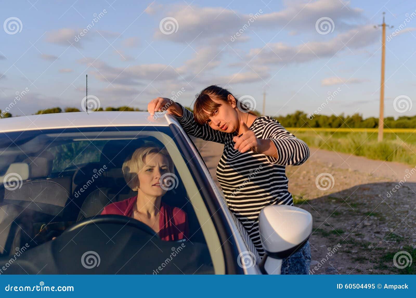 Γυναίκα που δίνει τις κατευθύνσεις σε έναν θηλυκό οδηγό