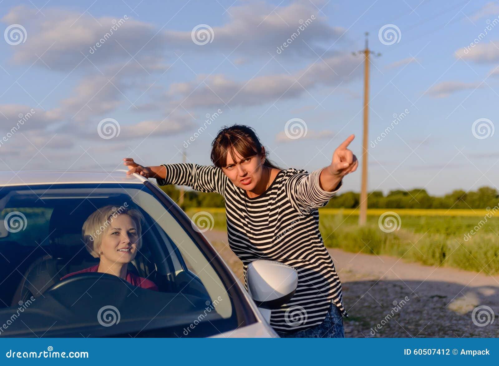 Γυναίκα που δίνει τις κατευθύνσεις σε έναν χαμένο οδηγό