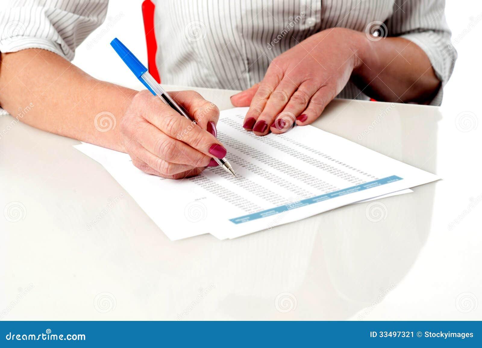 Γυναίκα που αναθεωρεί και που ελέγχει τα αρχεία υπαλλήλων