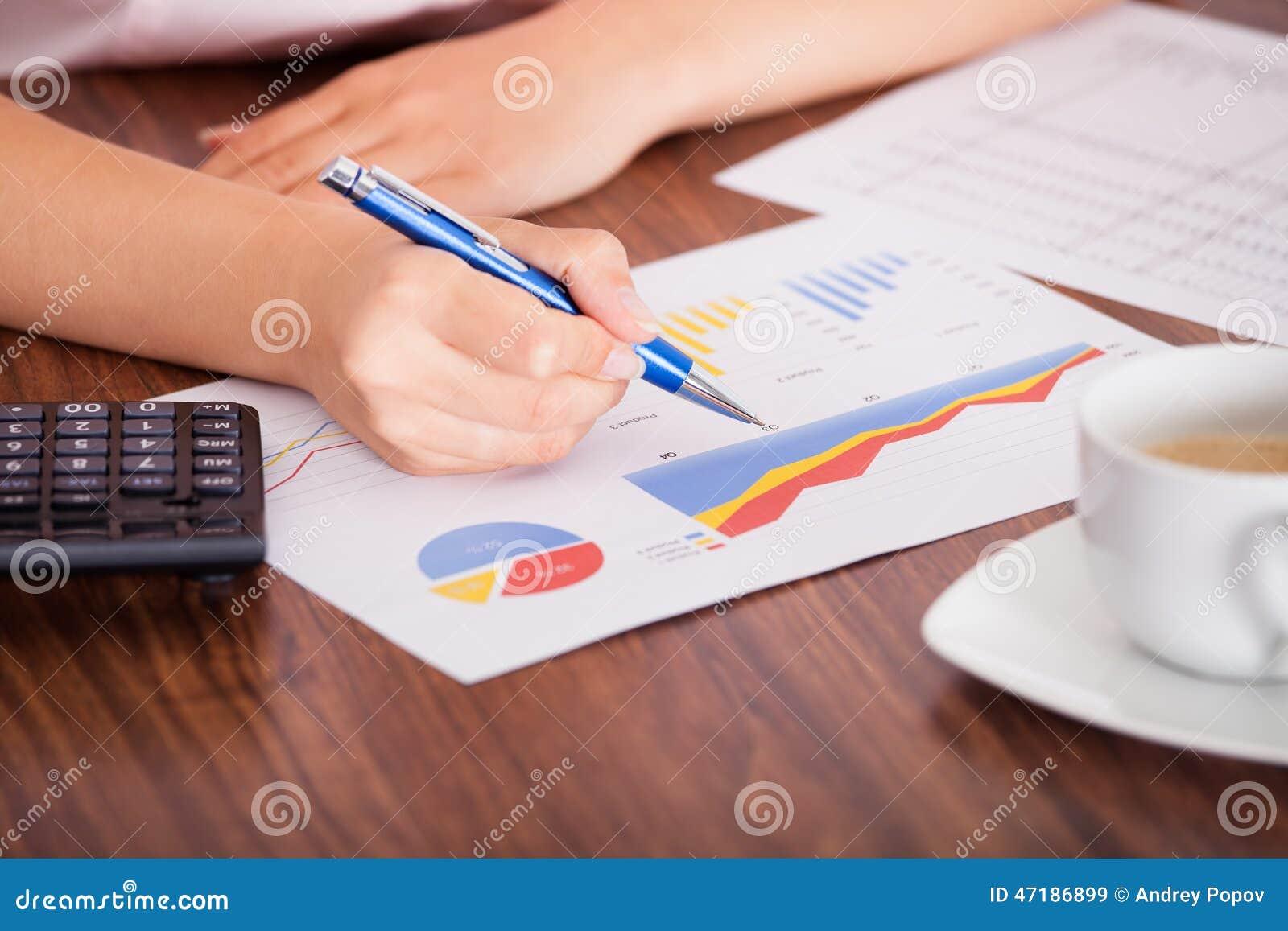 Γυναίκα που αναλύει τα οικονομικά στοιχεία