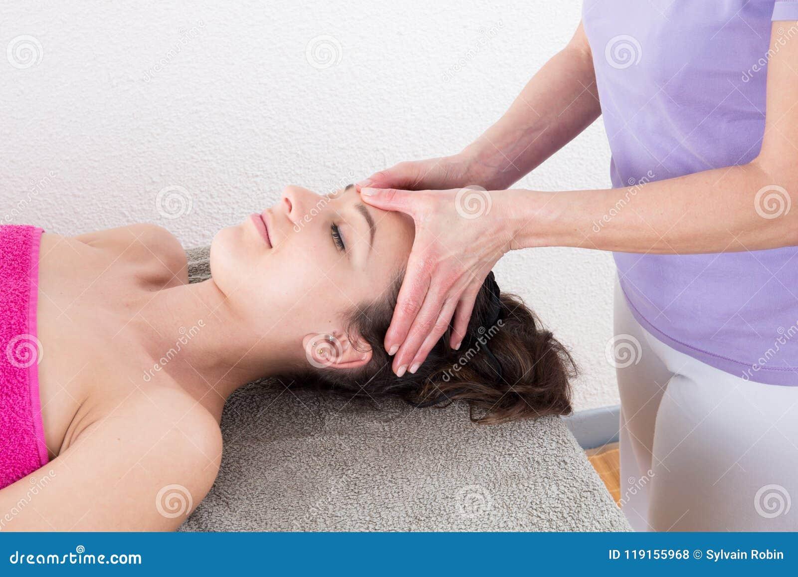 Γυναίκα που απολαμβάνει το επικεφαλής μασάζ στη χαλάρωση επεξεργασίας Acupressure και την εναλλακτική ιατρική