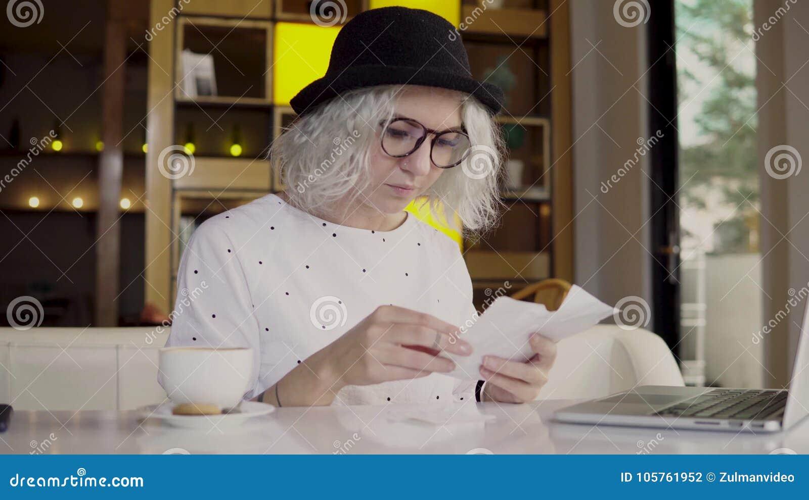 Γυναίκα που ελέγχει τις δαπάνες της