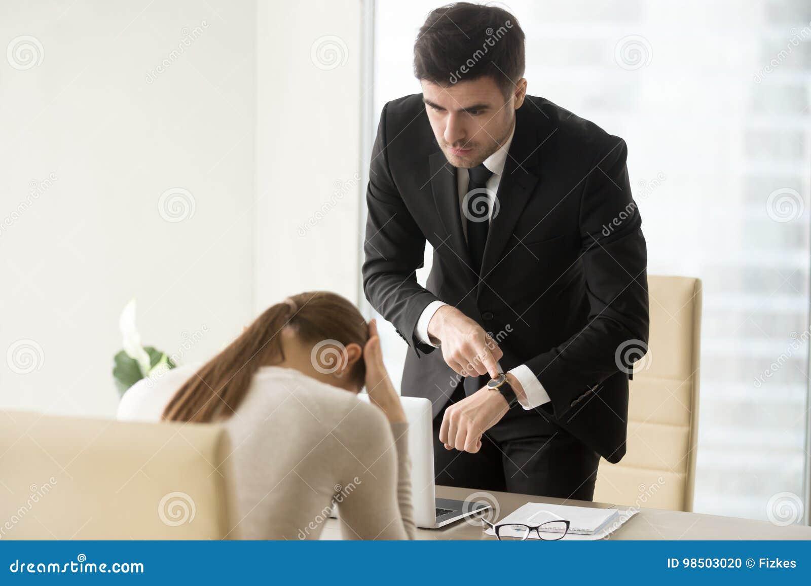 Γυναίκα που επιπλήττεται από τον προϊστάμενο για τη λειμμένη προθεσμία, που έρχεται αργά