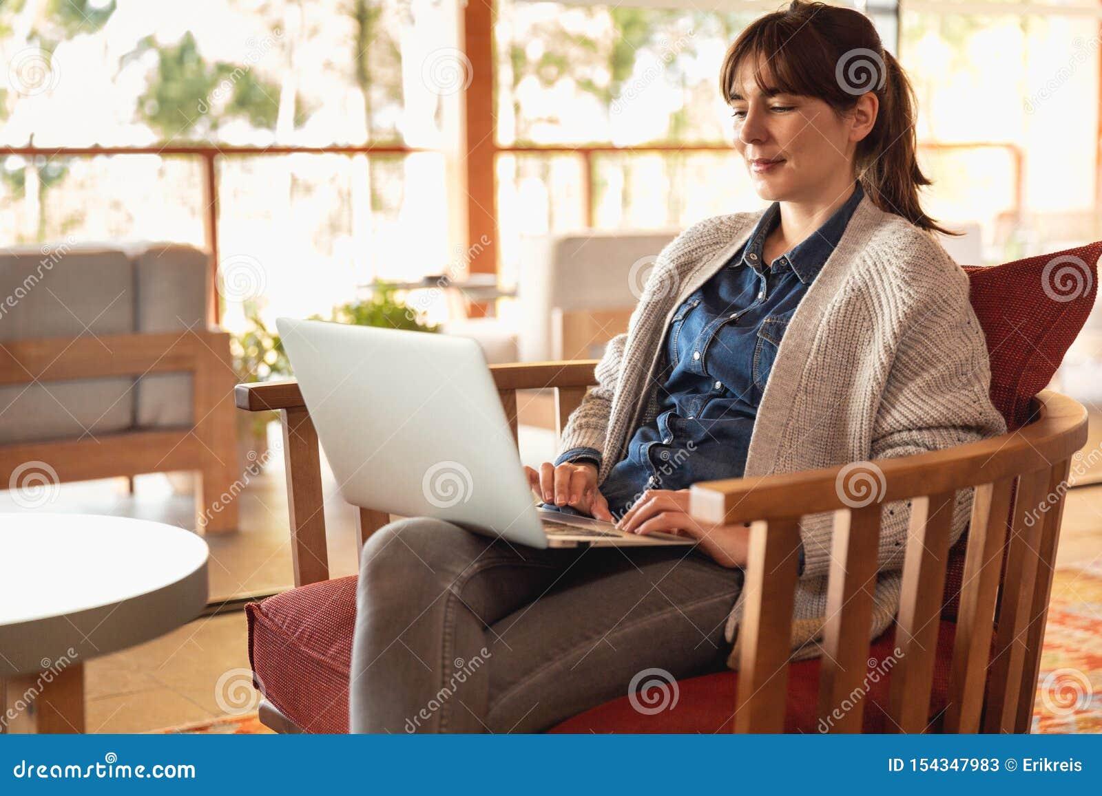 Γυναίκα που εργάζεται σε ένα lap-top