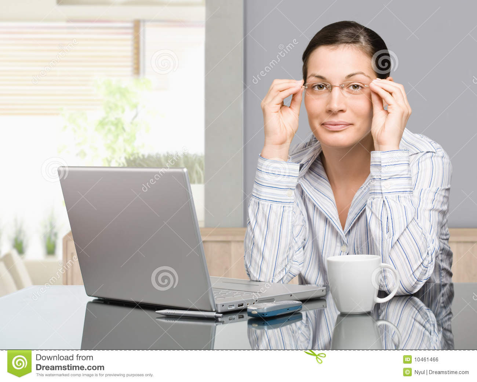 Γυναίκα που εργάζεται στο σπίτι