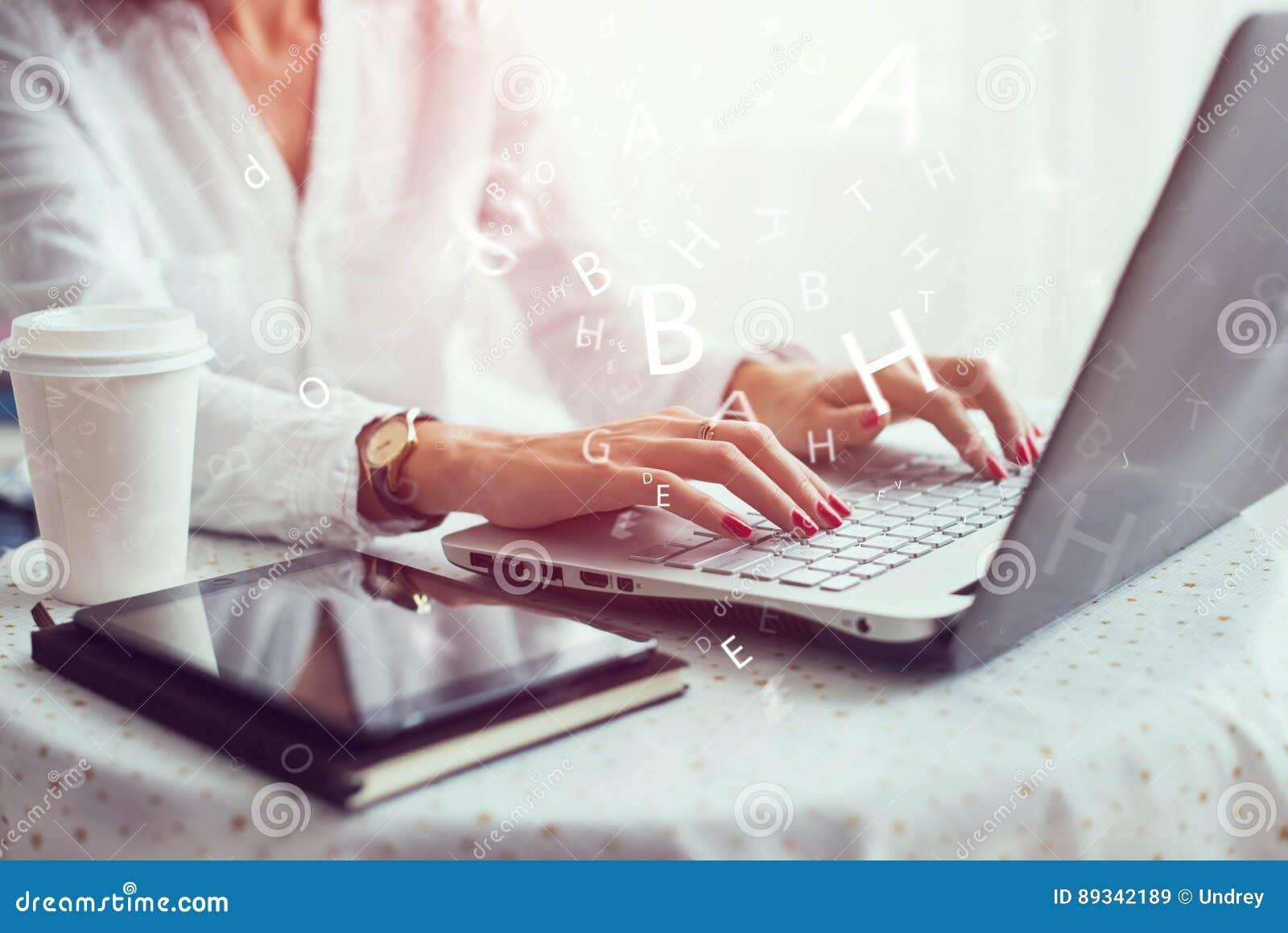 Γυναίκα που εργάζεται στο χέρι Υπουργείων Εσωτερικών στο πληκτρολόγιο κοντά επάνω