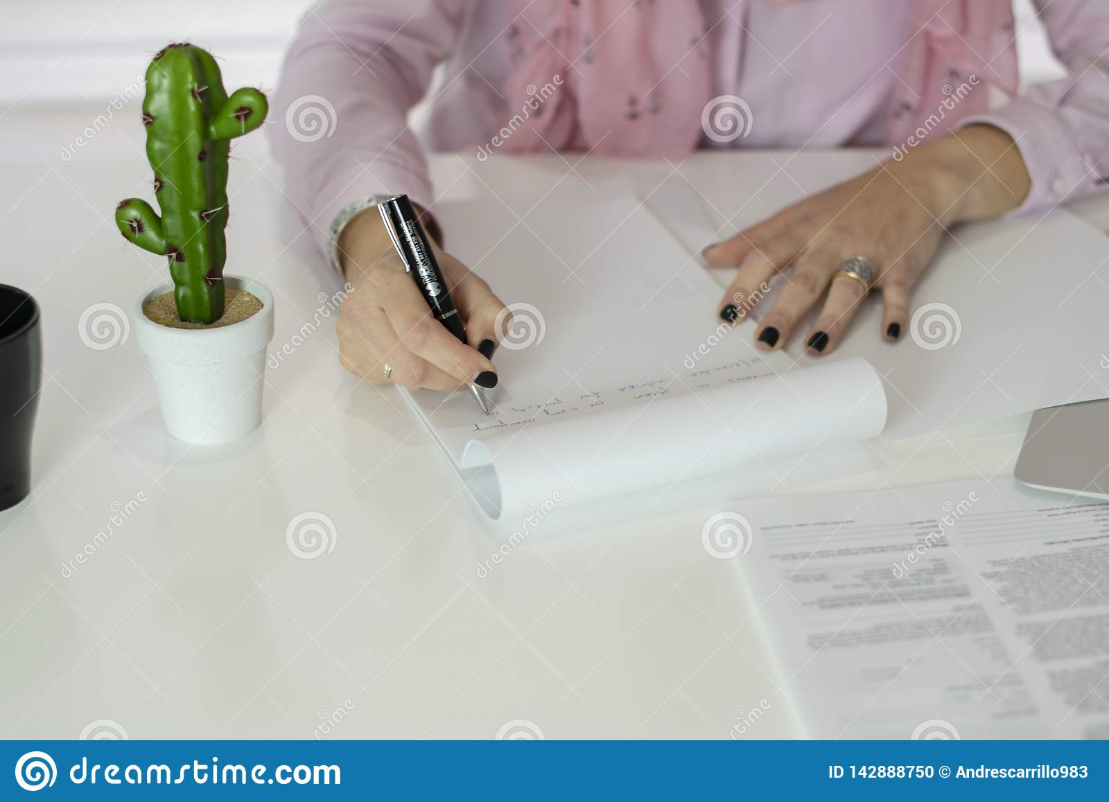 Γυναίκα που εργάζεται στο oficce
