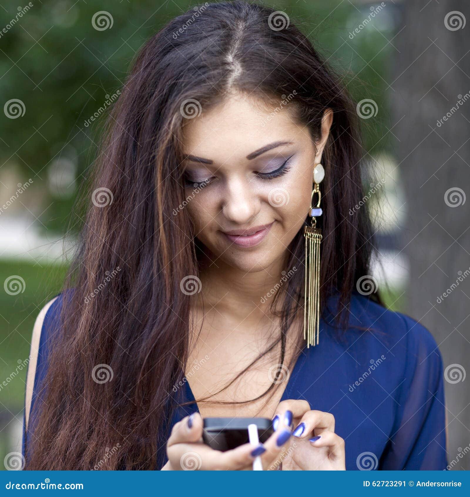 γυναίκα που διαβάζει ένα μήνυμα στο τηλέφωνο