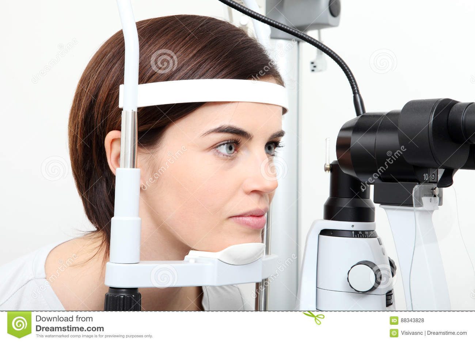20c8c52574 Download Γυναίκα που κάνει τη μέτρηση όρασης με τον οπτικό λαμπτήρα σχισμών  Στοκ Εικόνες - εικόνα