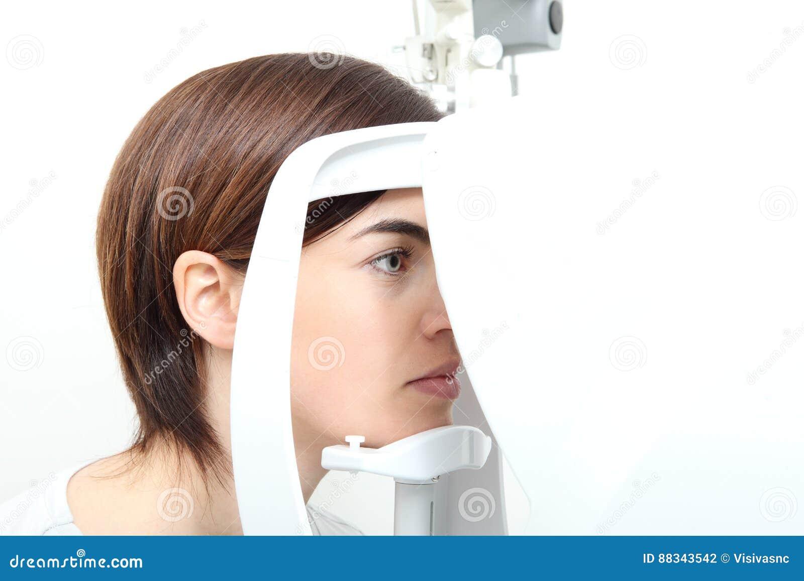 1f892b8616 Γυναίκα που κάνει τη μέτρηση όρασης με τον οπτικό λαμπτήρα Στοκ ...