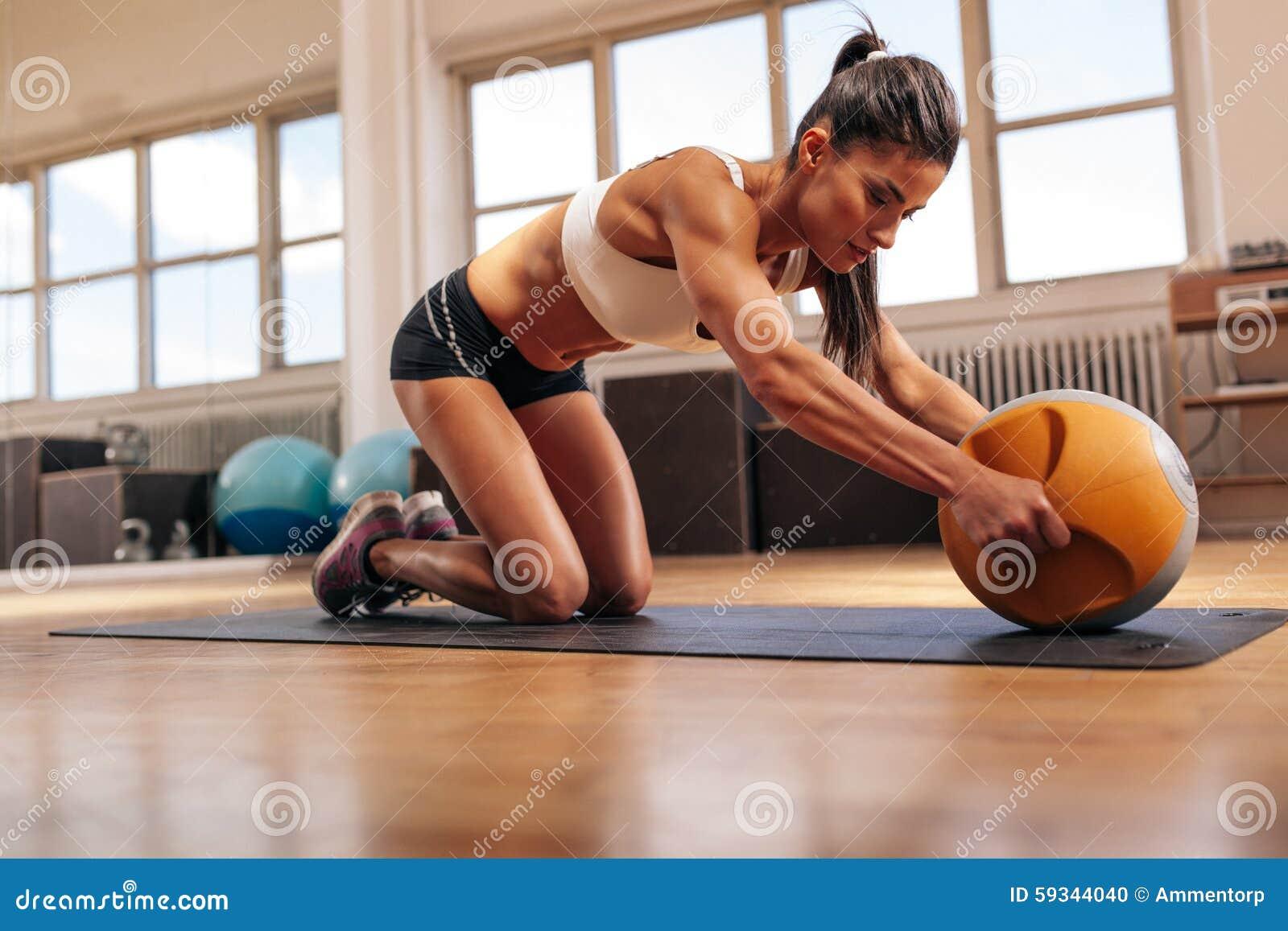 Γυναίκα που κάνει τον έντονο πυρήνα workout στη γυμναστική