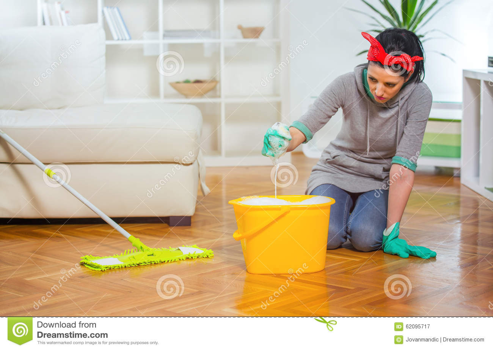 76d94e92a31e Γυναίκα που καθαρίζει το πάτωμα γονατίζοντας Στοκ Εικόνα - εικόνα ...