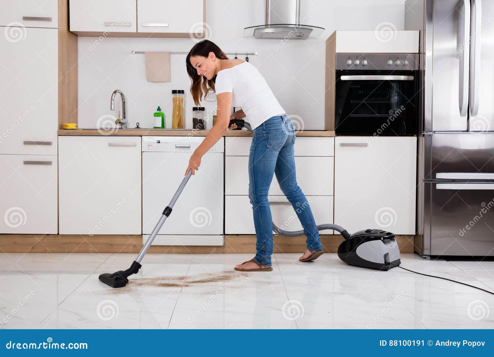 1fa19029bf2f Γυναίκα που καθαρίζει το πάτωμα σκόνης της κουζίνας Στοκ Εικόνα ...