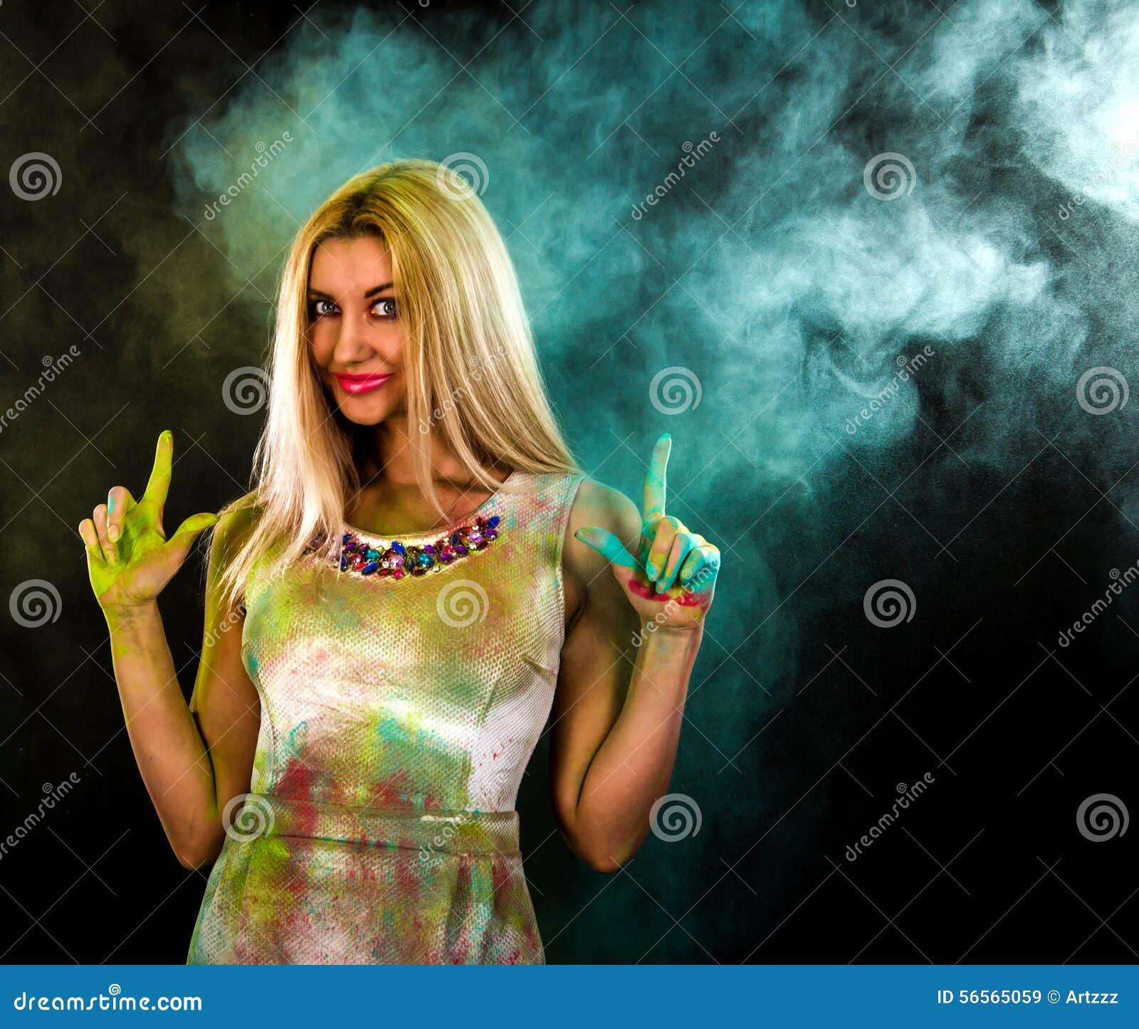 Download Γυναίκα που καλύπτεται νέα με τα χρώματα Στοκ Εικόνα - εικόνα από πορτοκάλι, ευτυχής: 56565059