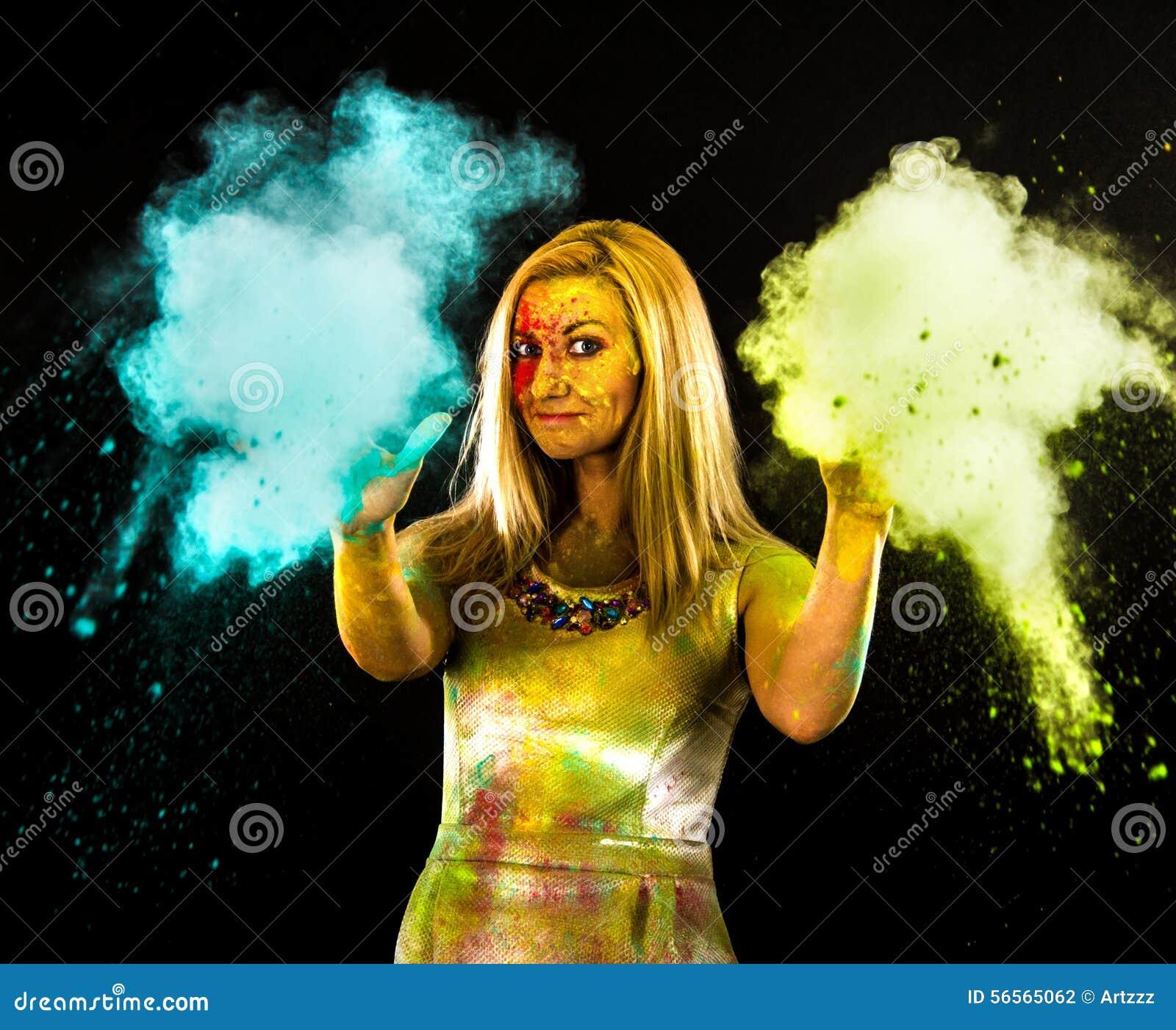 Download Γυναίκα που καλύπτεται νέα με τα χρώματα Στοκ Εικόνες - εικόνα από ανασκόπησης, καυκάσιος: 56565062